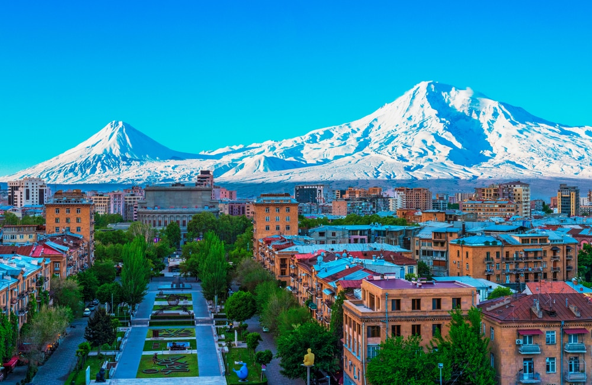 vue sur la montagne Ararat et la ville d'Erevan 2342018