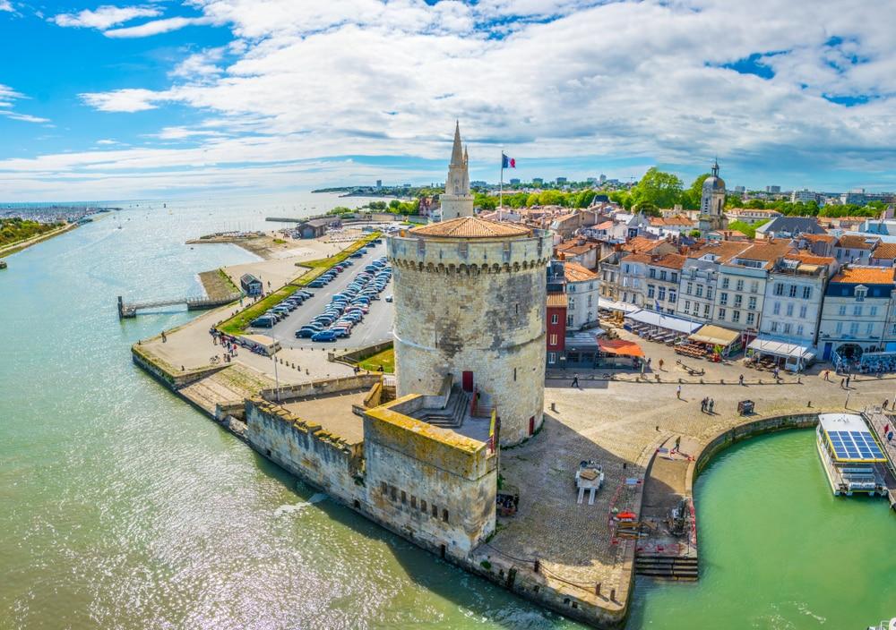 Balnéaire de La Rochelle dominé par la Tour de la Lanterne et tour de la chaine, France