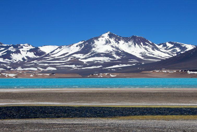 Belle lagune verte, Laguna Verde, près du col de montagne San Francisco et Nevado Ojos Del Salado, Atacama, Chili, Amérique du Sud