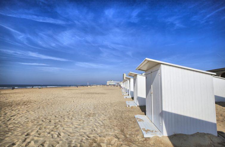 Cabines de plage blanches à Ostend, Belgique