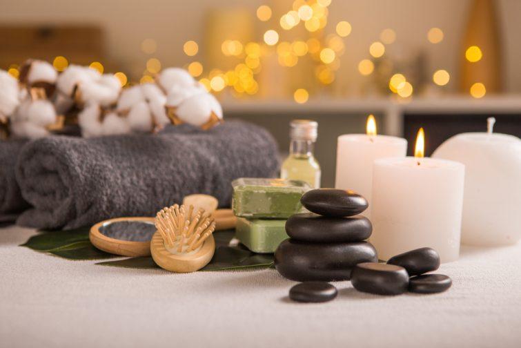 Composition du spa avec décoration de Noël. Soin de vacances SPA. Concept zen et relaxant.