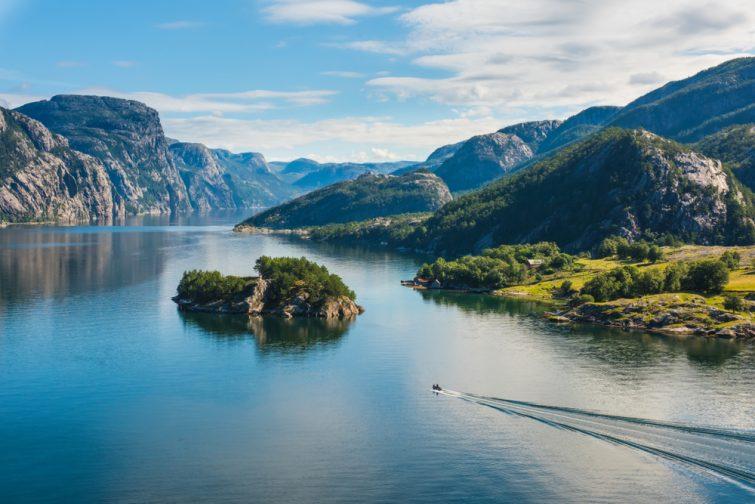 Fjord norvégien et montagnes en été. Lysefjord, Norvège