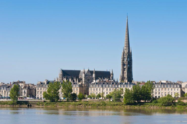Flèche de Saint Michel vue de l'autre rive de la Garonne sur son chemin à travers Bordeaux, France