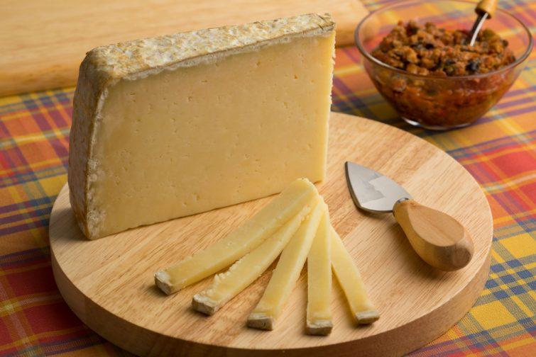Fromage à la sauce Cantal sur une planche à découper en dessert