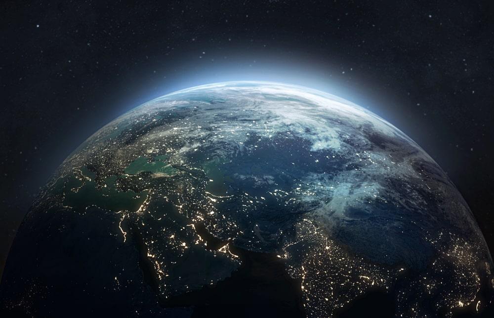La Terre la nuit. Fond d'écran abstrait. Les lumières des villes sur la planète. Civilisation. Éléments de cette image fournis par la NASA