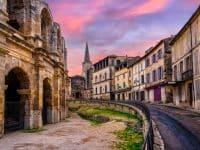 La Vieille Ville d'Arles et l'amphithéâtre romain, Provence, France au coucher du soleil