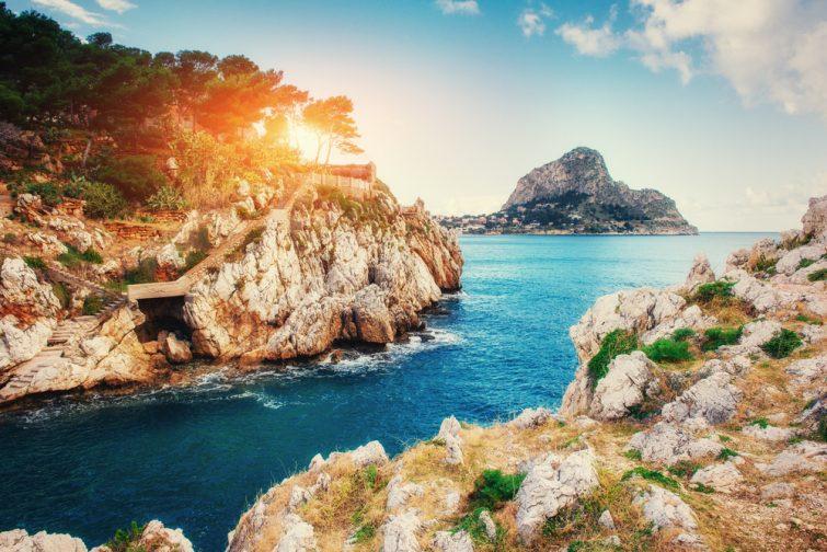 La côte rocheuse pittoresque du Cap Milazzo. Sicile, Italie.