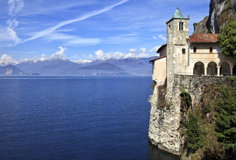 Le célèbre ermitage de Santa Caterina del Sasso sur le lac Majeur, Varèse, Italie