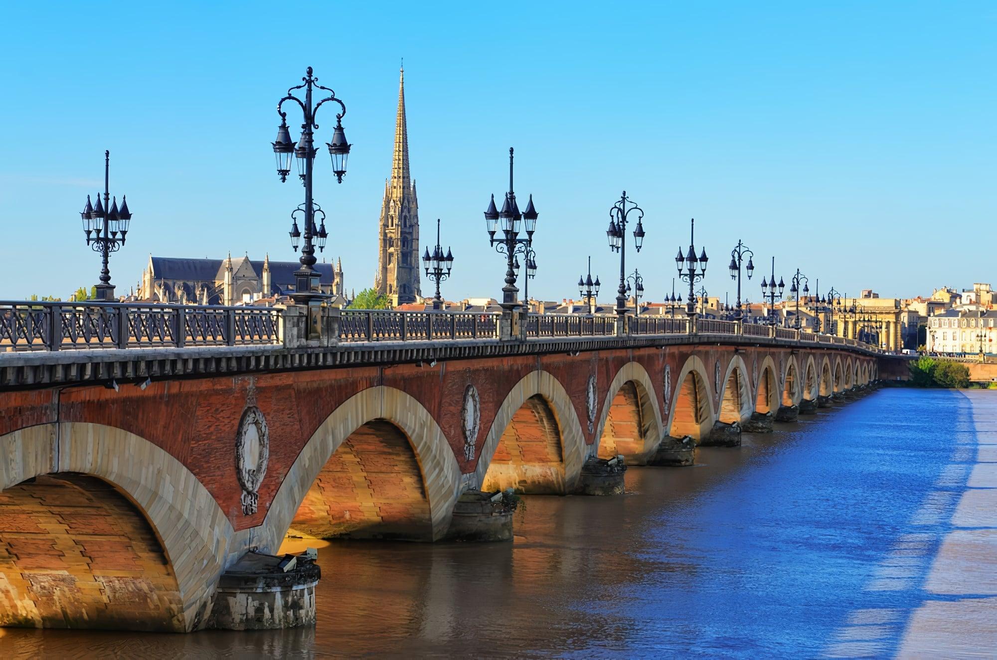 Le pont du fleuve Bordeaux avec la cathédrale Saint-Michel