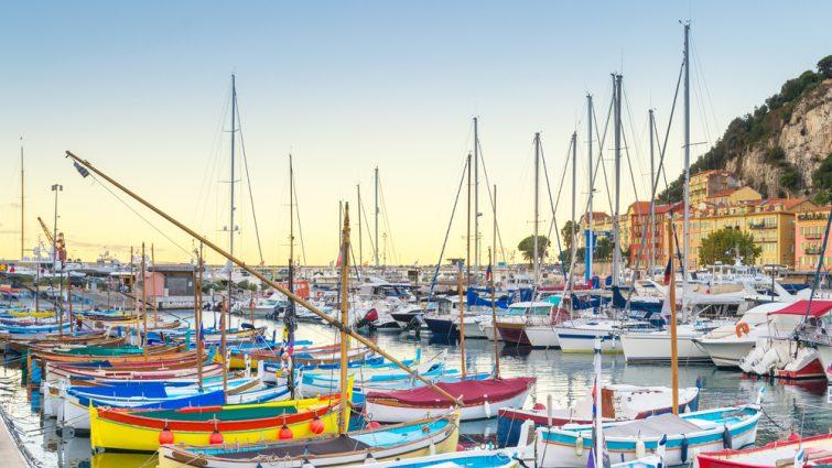 Le port de Nice, France à l'aube