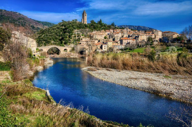 Le village d'Olargues et sa rivière dans le Parc Naturel du Haut-Languedoc
