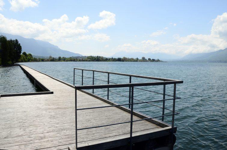 Paysage du lac du Bourget, ville d'aix les bains et ponton en bois, savoie, france