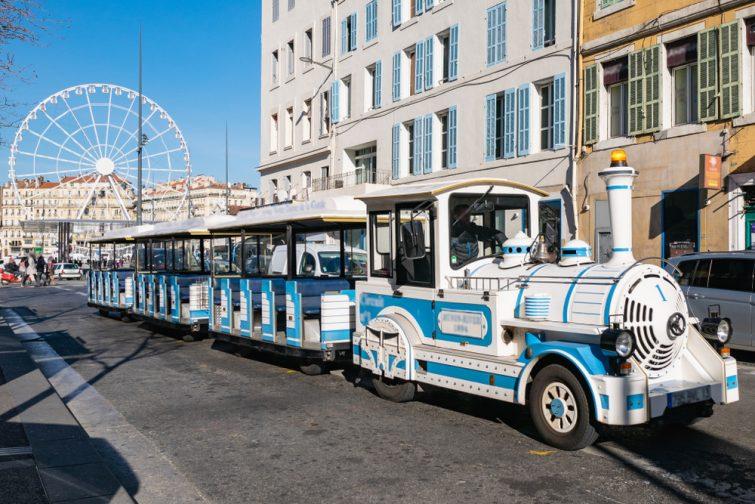 Petit Train, Marseille, France. Rejoindre Notre-Dame-de-la-Garde en passant par la route côtière et en profitant, en arrière-plan, du château de If et des îles du Frioul.