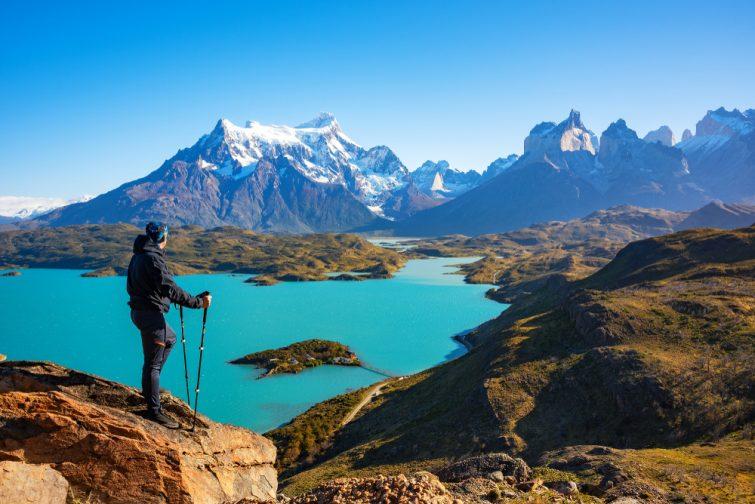 Randonneur au condor du mirador bénéficiant d'une vue imprenable sur les rochers de Los Cuernos et le lac de Pehoe dans le parc national de Torres del Paine, Patagonie, Chili