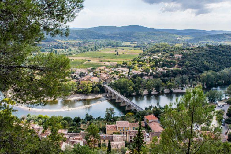 Visiter le Parc Naturel du Haut-Languedoc : Vue aérienne sur le village méditerranéen de Roquebrun
