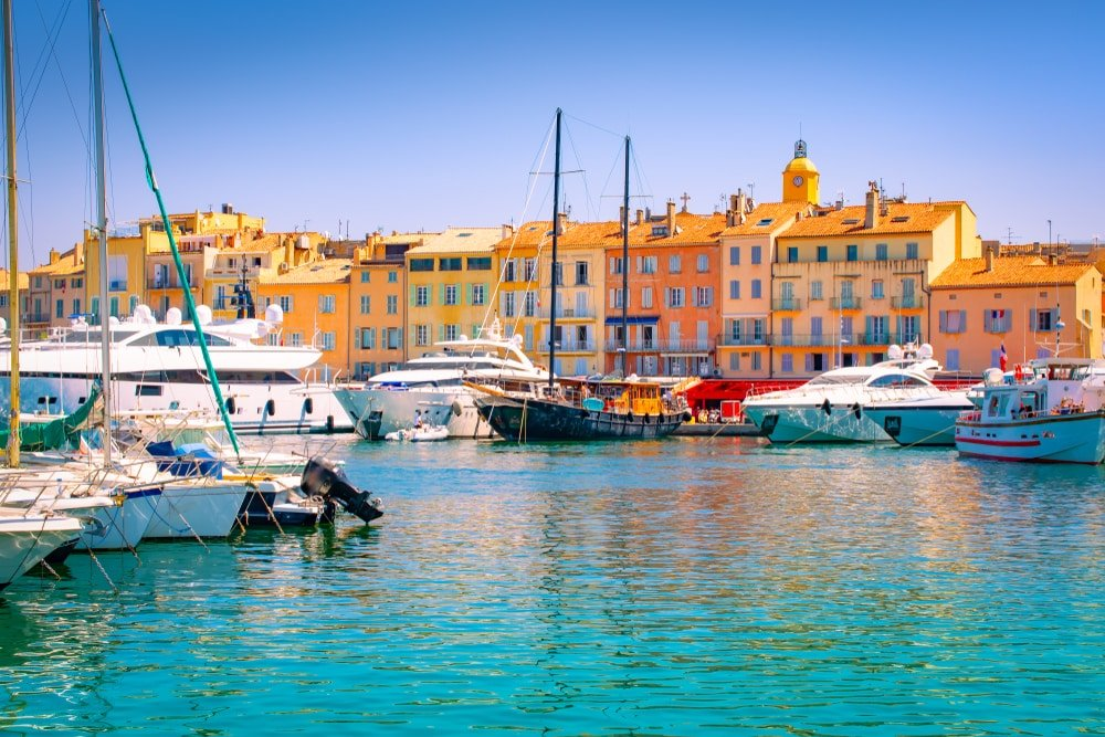 Saint Tropez, au sud de la France. Des yachts de luxe en marina.