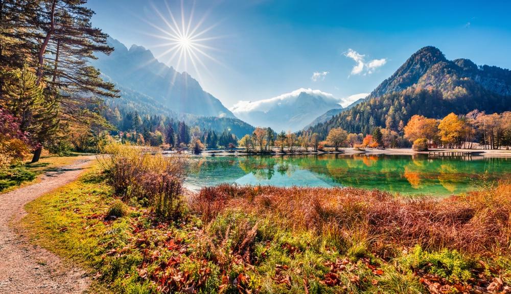 Vue ensoleillée sur le lac de Jasna et le parc national de Triglav, Slovénie