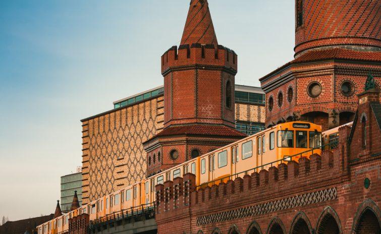 Train jaune sur le pont Oberbaum à Berlin, Allemagne