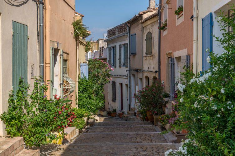 Vieille rue couronnée de plantes et de fleurs à Arles, France