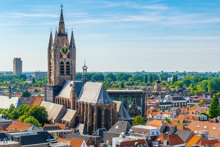 Vue aérienne de l'église Oude Kerk à Delft, Pays-Bas