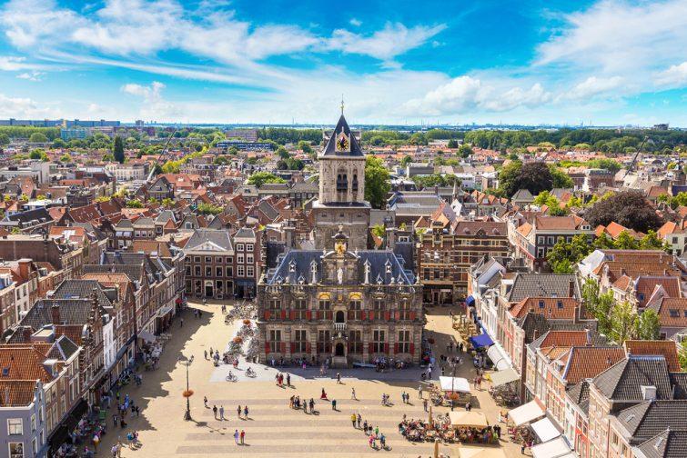 Vue aérienne panoramique de Delft pendant une belle journée d'été, Pays-Bas