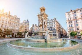 Vue matinale sur la place Jacobins et belle fontaine de Lyon, France