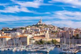 Vue panoramique aérienne sur la basilique Notre-Dame de la Garde et le vieux port de Marseille, France