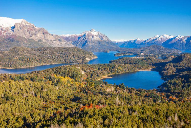 Vue panoramique du parc national Nahuel Huapi depuis le point de vue de Cerro Campanario à Bariloche, région de Patagonie en Argentine.