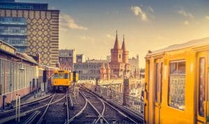 Vue panoramique sur Berliner U-Bahn avec le pont Oberbaum en arrière-plan à la lumière dorée du soir au coucher du soleil avec effet filtre à hameçon rétro de style Instagram, Berlin Friedrichshain-Kreuzberg