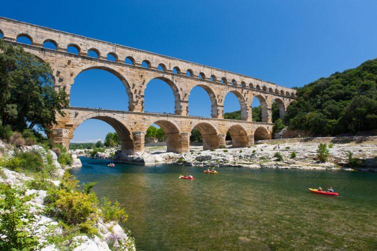 Canoë-kayak passant sous le Pont du Gard