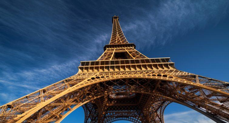 ciel bleu et tour Eiffel, Paris. France
