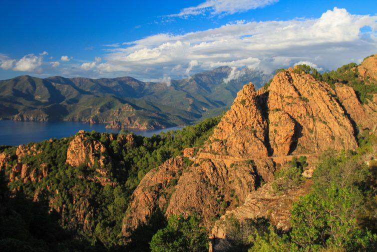 Calanques rocheuses du Piana, parfaite pour une session escalade en Corse