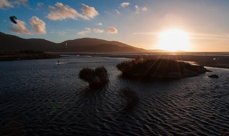 Activités outdoor à faire en Corse : kitesurf au couché de soleil