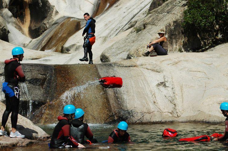 Activités outdoor à faire en Corse : session de canyoning dans une rivière corse