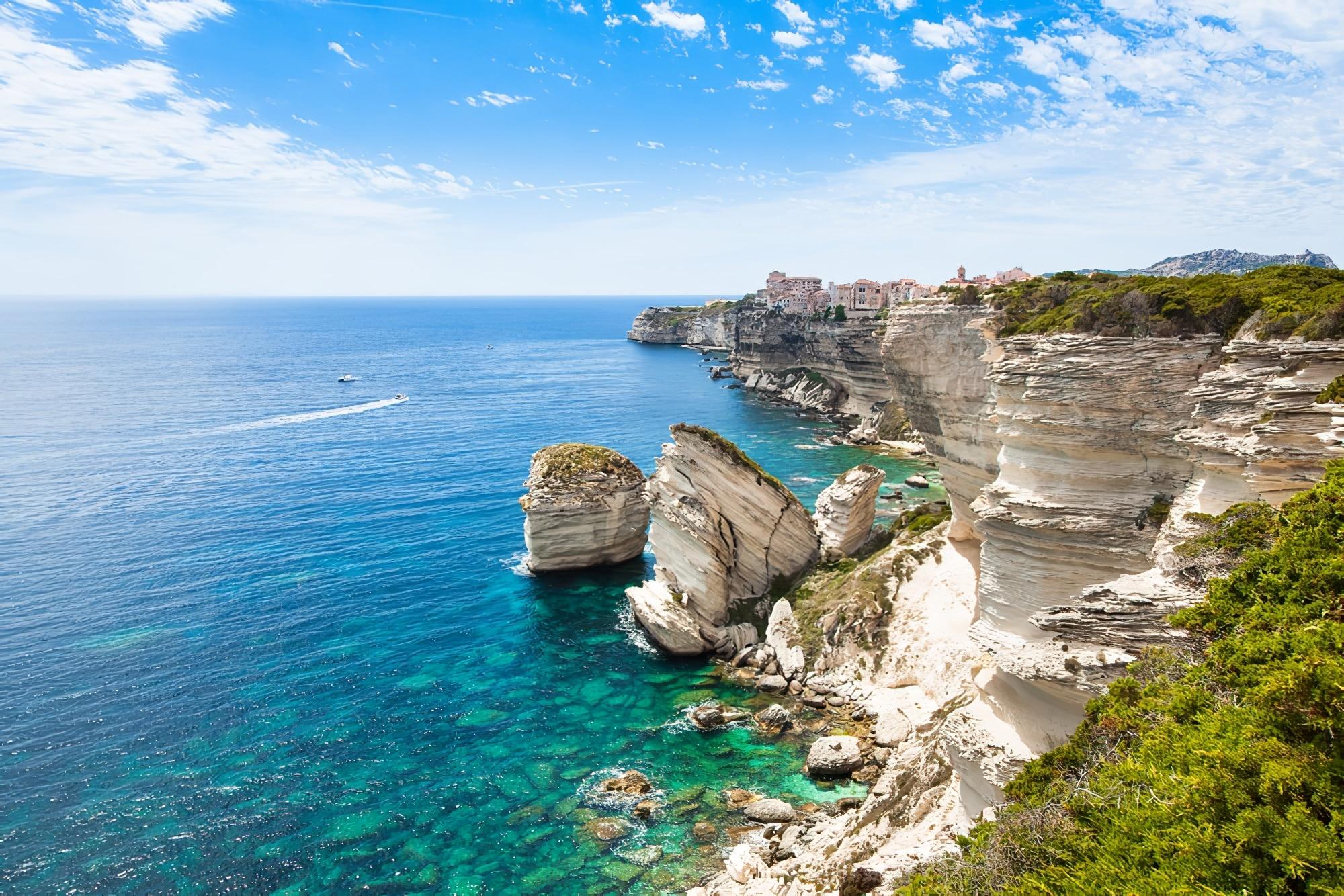 Vue sur la vieille ville de Bonifacio construite sur des rochers de falaise, Corse, France