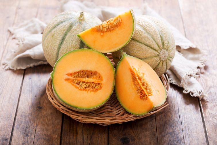 spécialités d'Occitanie gros plan sur une table en bois de melon de cantaloupe