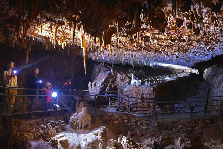 Spéléologie dans la grotte de l'Aven des côtes, Ardèche