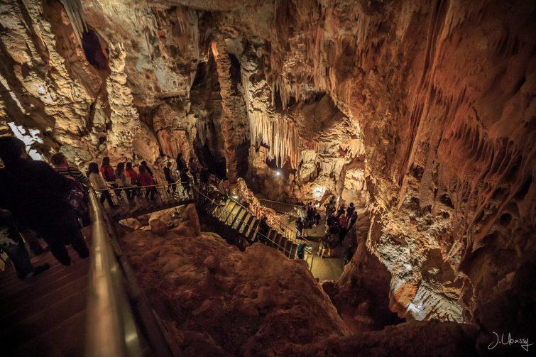 Vue de l'intérieur de la grotte des Deux Avens, Ardèche