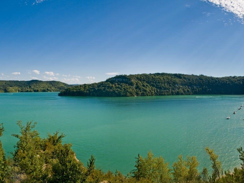 Parmi les lacs où se baigner en France : le lac de Vouglans