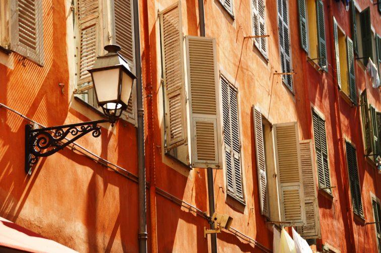 Façades de bâtiments dans les ruelles de la vieille ville