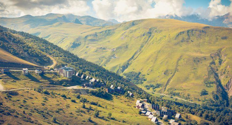 Visiter la réserve naturelle du Néouvielle : Vue depuis Saint-Lary-Soulan avant un saut en parachute