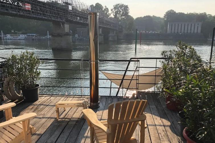 Maison flottante sur la Seine avec terrasses