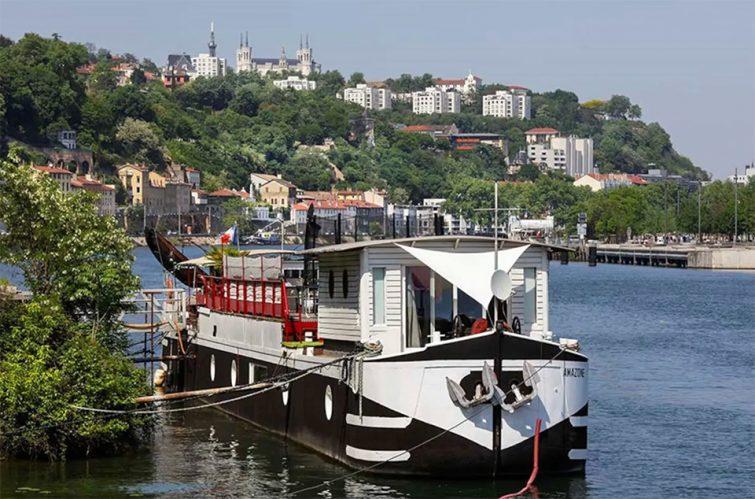 Airbnb péniche à Lyon : Cabine sur bateau-péniche en bord de la Saône