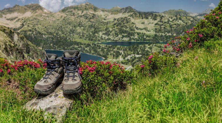 Chaussures de randonnée avec la réserve naturelle du Néouvielle en arrière plan