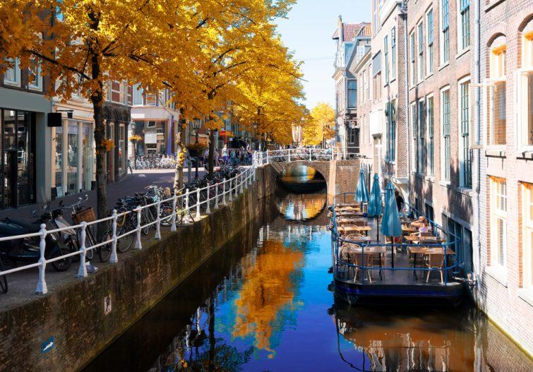 rue avec canal dans la vieille ville de Delft en Hollande à l'automne