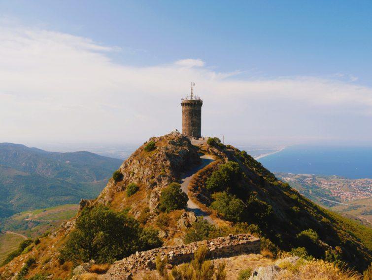 Vue sur la Tour Madeloc et ses sentiers