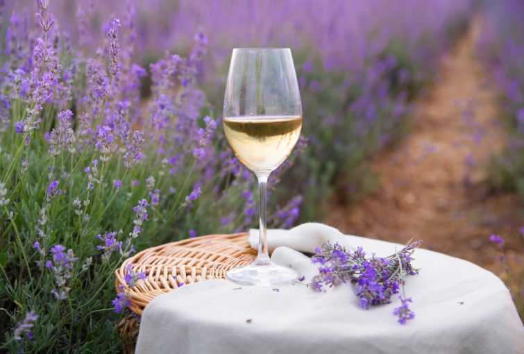 Verre de vin blanc avec lavande