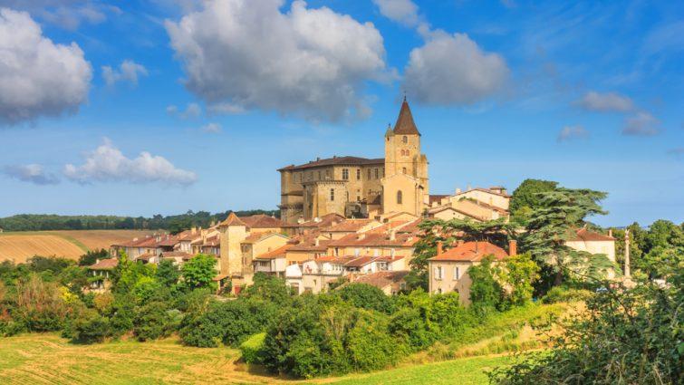 Paysage d'été avec vue sur un château de Gascone
