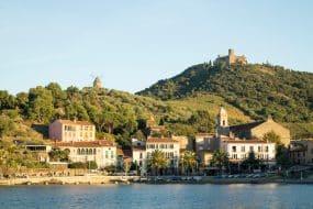 Vue sur le village de Collioure et ses montagnes