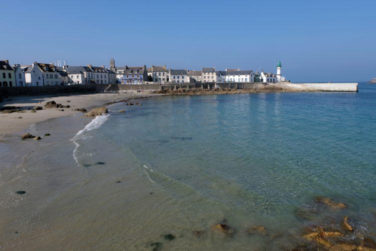Grande plage de l'île de Sein en Bretagne, France
